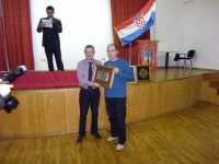 Kapetan prve krapinske ekipe Nenad Frouth prima priznanje za najbolji muški klub u 2012. godini. Priznanje dodjeljuje Krapinski športski savez.