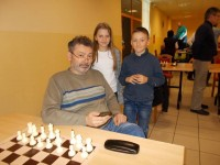 Velemajstor Ivan Žaja i njegovi šahovski učenici - Ema Žegrec i Roko Jaković (ŠK Oroslavje)